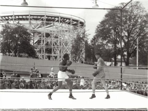 """Un combate de boxeo en el parque de atracciones """"Geauga Lake"""" en 1931."""