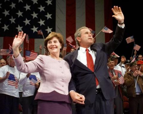 George W. Bush junto a su esposa en un mitin de las elecciones presidenciales de los Estados Unidos en el año 2000