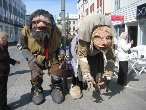 Representaciones de los gigantes Grýla y  Leppalúði en Islandia.