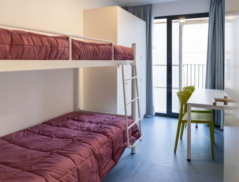 Una de las habitaciones dobles de las casas del edificio de Alojamientos de Proximidad Provisionales (APROP).