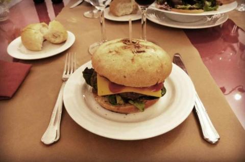 Hamburguesa del restaurante Las Brasas en Cuenca.