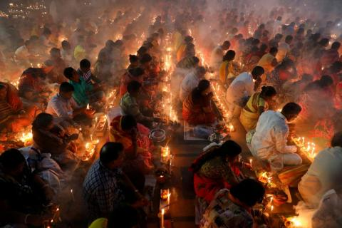 Los devotos hindúes se sientan juntos en el suelo de un templo para observar el festival religioso de Rakher Upabash en Narayangonj, cerca de Dhaka, Bangladesh, el 5 de noviembre.