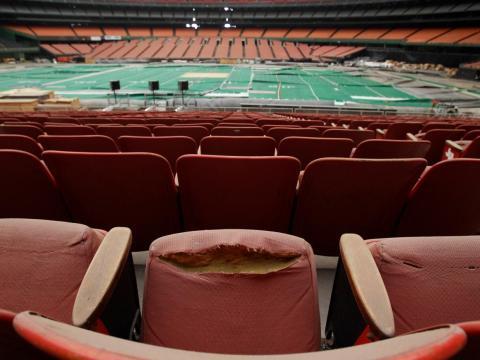 """Filas de asientos sucios y andrajosos en el """"Houston Astrodome""""."""