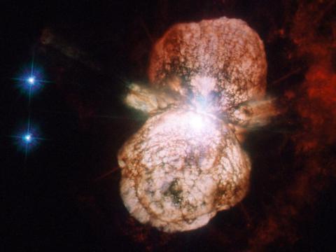La estrella más grande del sistema, Eta Carinae, en luz ultravioleta y visible a medida que se acerca el final de su vida con una probable explosión de supernova. Después de la explosión, el material expulsado puede formar una nebulosa.