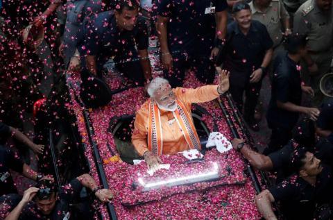El Primer Ministro de la India, Narendra Modi, saluda a sus simpatizantes durante una gira en Varanasi, India, el 25 de abril. Modi prestó juramento para otro mandato como Primer Ministro en mayo.