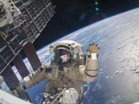 El cosmonauta ruso, Sergey Ryazanskiy, tomó un descanso durante una caminata espacial de seis horas para ayudar con el montaje y mantenimiento de la EEI. 22 de agosto de 2013.