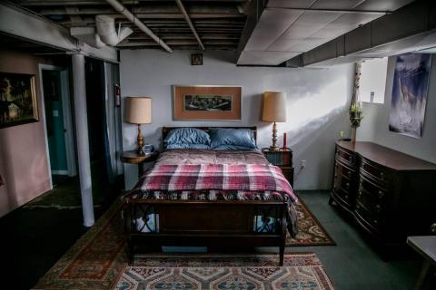 Tiene capacidad para cuatro personas, con una cama de matrimonio y un colchón extra como cama adicional.