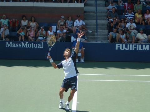 Juan Carlos Ferrero, uno de los protagonistas de la Copa Davis, sacando en un partido del US Open de 2004