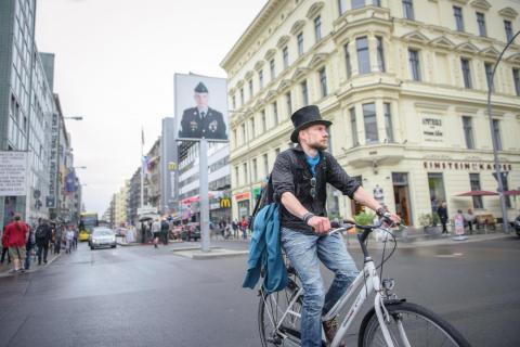 Juha Jaervinen, un participante del experimento de renta básica universal de Finlandia, monta en una bici de alquiler en abril de 2018.