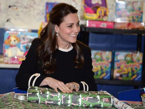 Kate Middleton envuelve un regalo de Navidad.