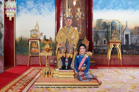 El rey Maha Vajiralongkorn y su consorte real, Sineenat Wongvajirapakdi, a quien le fueron arrebatados sus títulos este año.