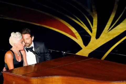 """Lady Gaga y Bradley Cooper interpretan """"Shallow"""" de """"Ha nacido una estrella"""" en la 91ª entrega de los Premios de la Academia en Los Ángeles, California, el 24 de febrero."""
