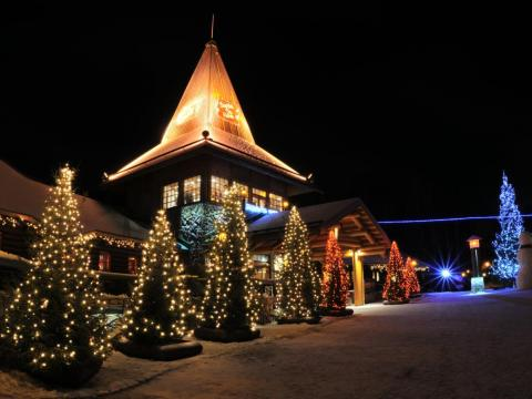 Decoración de luz de Navidad en las calles de la ciudad de Finlandia, Polo Norte.