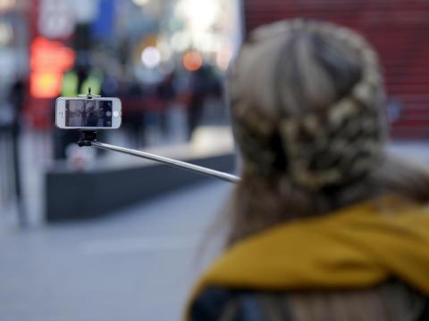 Muchos tienen palo selfie. Aunque actualmente sea embarazoso usarlos, ganaron mucha popularidad en los últimos 10 años.