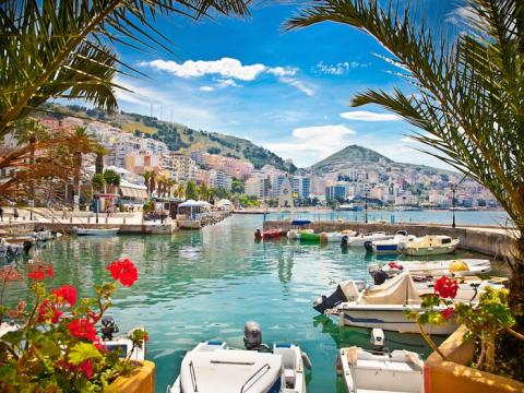 En lugar de unirse a la multitud en Italia, opte por las playas escondidas de la Bahía de Grama, Gjipe Beach y Ksamil.