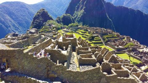 Ciertamente Machu Picchu ya no está escondido, de hecho, tiene el problema opuesto.