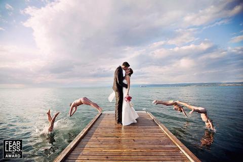 Los nadadores contrastan con la elegante pareja.