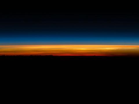 """El astronauta Scott Kelly publicó esta foto en Twitter el 1 de marzo de 2016 donde escribió: """"¡Levántate y brilla! ¡Mi último #amanecer desde el espacio y después me tengo que ir"""" 1 de 5. #BuenosDías desde @space_station! #UnAñoEnElEspacio""""."""