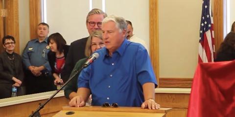 Merle Butler de Red Bud hablando a los periodistas en una rueda de prensa.