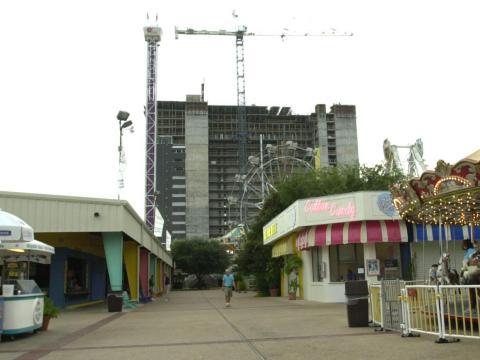 """Un bloque de apartamentos frente al mar se alzaba sobre el parque de atracciones """"Miracle Strip"""" mientras se preparaba para abrir una de las últimas veces en 2004."""