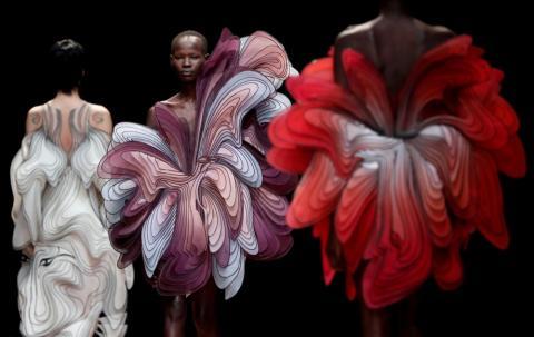 Las modelos presentan las creaciones de la diseñadora holandesa Iris van Herpen como parte de su exposición de colección de Alta Costura Primavera Verano 2019 en París, en enero.