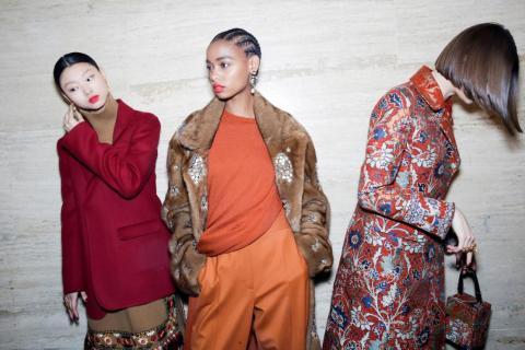 Las modelos presentan las creaciones de la colección de Oscar de la Renta antes del desfile de la Semana de la Moda de Nueva York el 12 de febrero.
