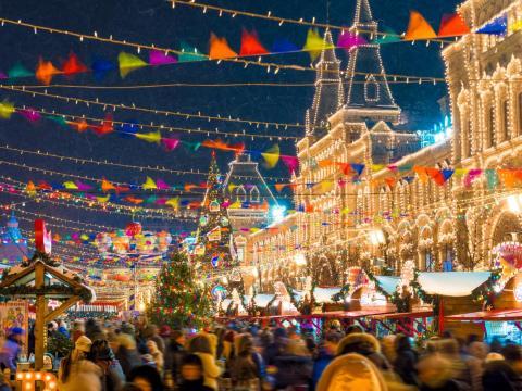Feria anual de Navidad en la Plaza Roja de Moscú.