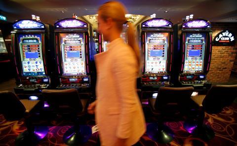 Mujer saliendo de una sala de juegos.