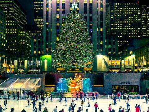 Pista de patinaje sobre hielo del Rockefeller Center y árbol de Navidad en Rockefeller Plaza, Manhattan, durante la temporada navideña.