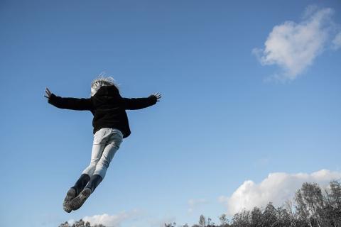 niño saltando