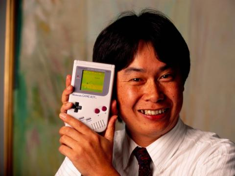 Shigeru Miyamoto, el creador de Mario y otros personajes y videojuegos para Nintendo, sostiene una Nintendo Game Boy.