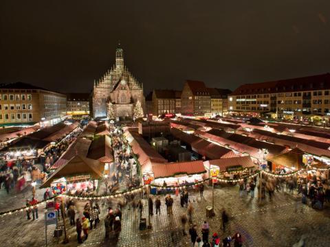Los stands iluminados del 'Christkindlesmarkt', el tradicional mercado navideño, en Nuremberg, Alemania.