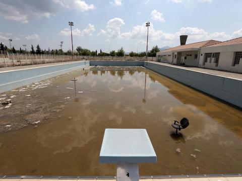 Una piscina olímpica en ruinas.