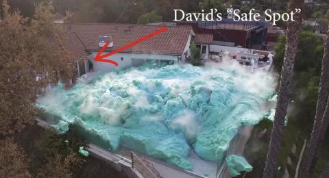 Una panorámica del enorme volcán de espuma azul que entró en erupción en el vídeo de Nick Uhas.
