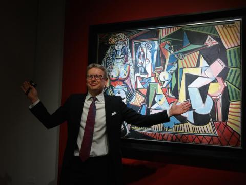 El presidente de Christie's posa con la pieza de Picasso.
