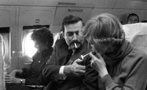 Pareja fumando en un avión.