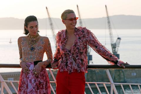 Una pareja joven en un crucero.