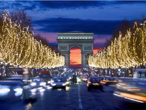 Los Campos Elíseos con luces navideñas.