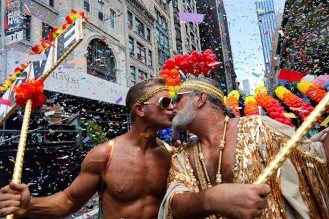 Dos activistas se besan mientras participan en el World Pride NYC 2019 y en el 50º Desfile del Orgullo LGBTQ de Stonewall en Nueva York el 30 de junio.