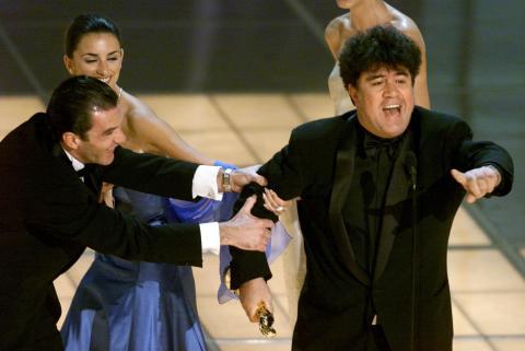 Pedro Almodóvar recibe el Oscar a la mejor película en lengua no inglesa por 'Todo sobre mi madre'