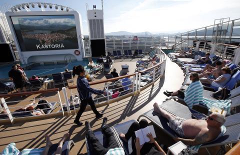 Personas en un crucero con todo incluido.