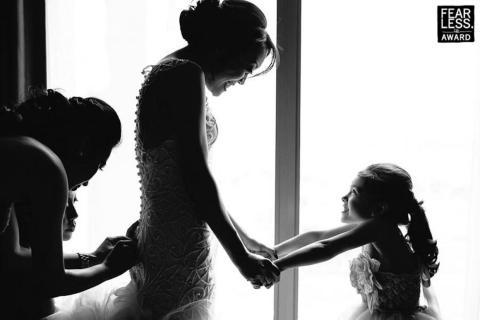 La novia y la florista sonrieron para la toma.