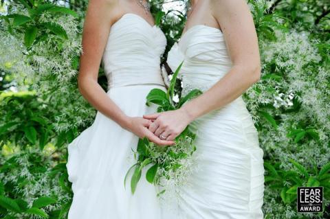 Puedes ver el anillo de compromiso de una novia desde el ángulo de la toma.