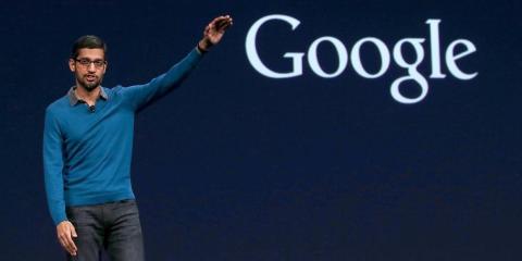 Pichai junto a un logo de Google.