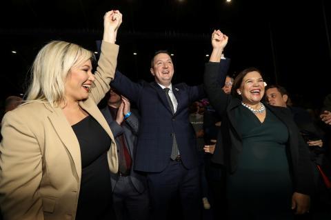 La vicepresidenta del Sinn Féin, Michelle O'Neill, su candidato en Belfast Norte, John Finucane, y la presidenta del partido, Mary Lou McDonald