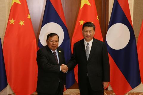Los presidentes de Laos, Bounnhang Vorachith, y de China, Xi Jinping