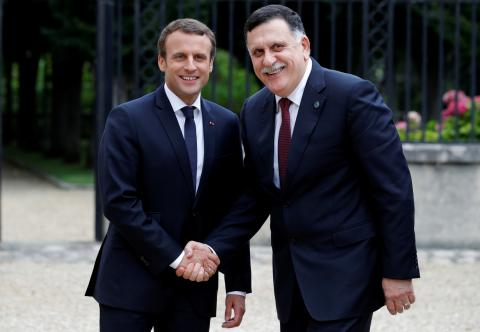 El primer ministro interino de Libia, Fayez al-Sarraj, junto al presidente francés Emmanuel Macron