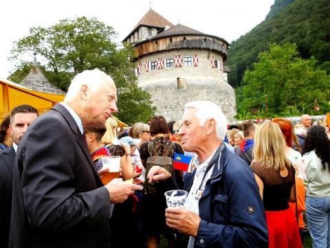 El príncipe Hans-Adam II, a la izquierda, durante una fiesta en el jardín celebrando el 300 aniversario del país en los jardines del castillo en Vaduz en enero.