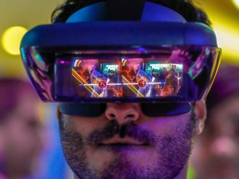 Un hombre prueba unas gafas de realidad aumentada o virtual
