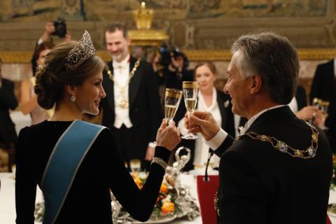 La reina Letizia brinda con el presidente de Argentina, Mauricio Macri.
